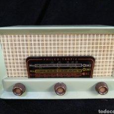 Radios de válvulas: ANTIGUA RADIO DE VÁLVULAS PHILCO - TROPIC, FUNCIONA. Lote 185700903