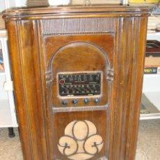 Radios de válvulas: BONITA RADIO TOCOADISCOS DE MADERA DESCONOCEMOS MARCA Y MODELO VER FOTOS. Lote 187183205