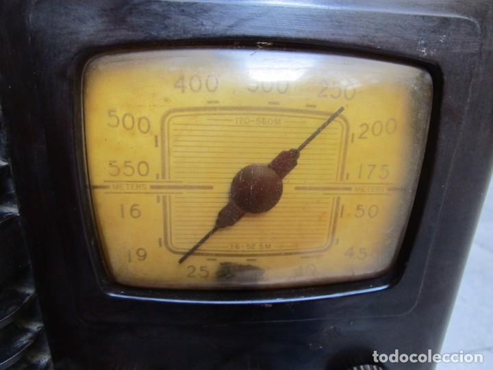 Radios de válvulas: ANTIGUA RADIO BAKELITA PHILIPS MODELO 490 LN - MADE IN USA - RARA - NO FUNCIONA+ INFO - Foto 2 - 190858698