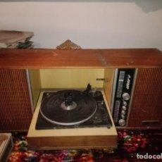 Radios de válvulas: RADIO CON TOCADISCOS. Lote 191689608