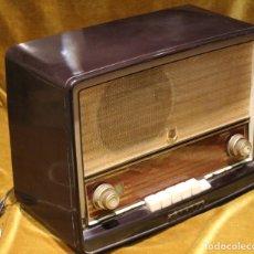 Radios de válvulas: ANTIGUA RADIO DE BAQUELITA PHILIPS MODELO B4E72-A.AÑOS 50.. Lote 192037152