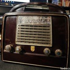 Radios de válvulas: RADIO PHILLIPS DE BAQUELITA. MUY BUEN ESTADO SIN ROTURAS NI ARAÑAZOS. FUNCIONANDO. Lote 194658150