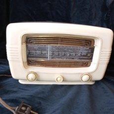Radios de válvulas: RADIO DE VALVULAS VINTAGE MARCA RADIALVA DE BAQUELITA AÑOS 50. Lote 195822398