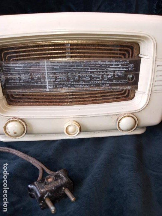 Radios de válvulas: Radio de valvulas vintage marca Radialva de baquelita años 50 - Foto 2 - 195822398