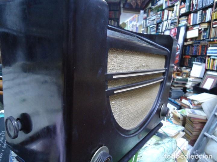 Radios de válvulas: preciosa RADIO MULLARD carcasa de vakelita año 1937 FUNCIONANDO funciona perfectamente tiene todo or - Foto 5 - 198228575