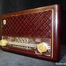 Radios de válvulas: ANTIGUA PEQUEÑA RADIO PHILIPS MOD. BE-212-U. BAQUELITA. 27X17X14 CM. AÑO 1951-52. FUNCIONANDO. Lote 198242515