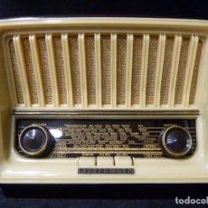 Radios de válvulas: ANTIGUA PEQUEÑA RADIO TELEFUNKEN MOD. U-1815 CAPRICHO. BAQUELITA. 27X19X16 CM. AÑO 1953. FUNCIONANDO. Lote 198242753
