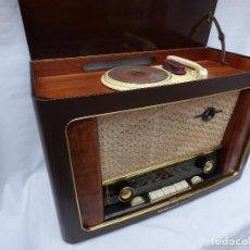 Radios de válvulas: ANTIGUA RADIO DE VÁLVULAS CON TOCADISCOS WEGAPHON, FUNCIONA, MUY BUEN ESTADO (VER VIDEO Y FOTOS). Lote 202093908