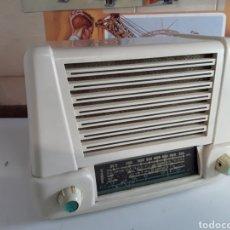 Rádios de válvulas: ANTIGUA RADIO EN BAQUELITA FUNCIONANDO 24X24X15CM. Lote 204138197