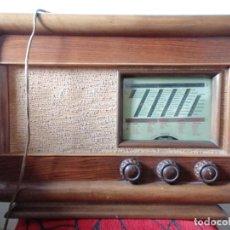 Radios de válvulas: ANTIGUA RADIO DE MADERA, BUEN ESTADO, SIN COMPROBAR FUNCIONAMIENTO, MEDIDAS 53 X 38 X 26. Lote 207616478