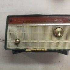 Rádios de válvulas: ANTIGUA RADIO BAQUELITA PHILIPS B2E34A CON FM 6 LAMPARAS. Lote 209845936