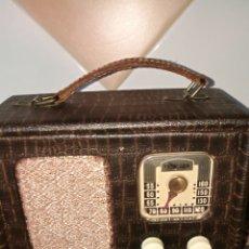 Radios de válvulas: ANTIGUA RADIO MALETIN. Lote 211421805