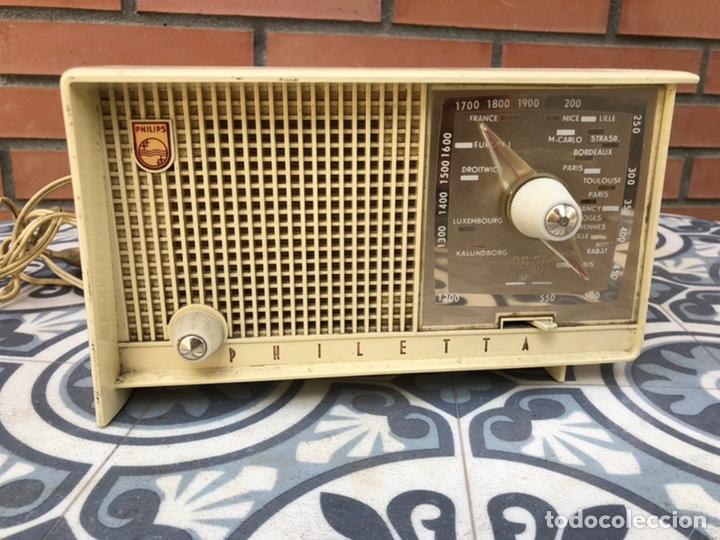 RADIO ANTIGUA PHILIPS PHILETTA BLANCA MÁS PONIENDO USMO (Radios, Gramófonos, Grabadoras y Otros - Radios de Válvulas)