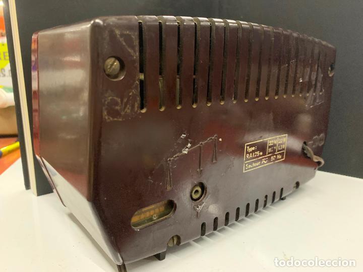 Radios de válvulas: Preciosa radio de baquelita de tamaño pequeño RADIOLA. modelo raro - Foto 4 - 219546322