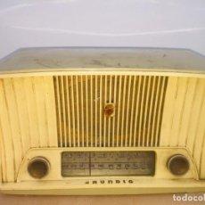 Radios de válvulas: RADIO BAQUELITA BLANCA GRUNDIG. Lote 222454411