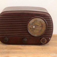 Radios de válvulas: ANTIGUA RADIO DE BAQUELITA, COLOR MARRON/GRANATE. PEQUEÑO TAMAÑO. 125V. Lote 223226777