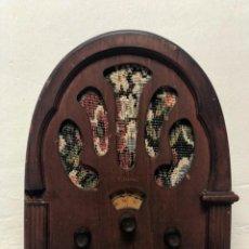 Radios de válvulas: RADIO DE MADERA ANTIGUA TIPO CAPILLA VINTAGE. Lote 227227040