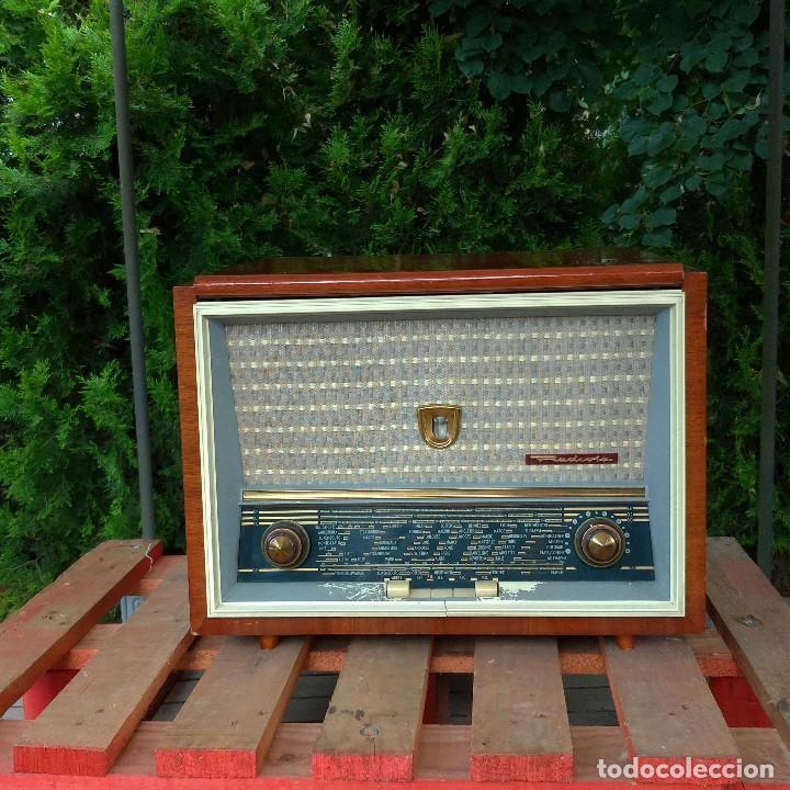 RADIO ANTIGUA CON GIRADISCOS RADIOLA (Radios, Gramófonos, Grabadoras y Otros - Radios de Válvulas)