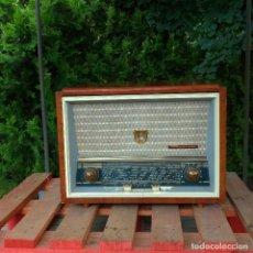 Radios de válvulas: RADIO ANTIGUA CON GIRADISCOS RADIOLA. Lote 234562370