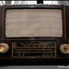 Radios de válvulas: RADIO DE BAQUELITA PHILIPS AÑOS 56-60 5 VÁLVULAS AM FUNCIONANDO. Lote 252860825