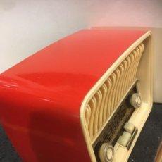 Radios de válvulas: RADIO TELEFUNKEN CAPRICHO U 1925 AÑOS 50 COLOR ROJO, FUNCIONA A 125 V, MUY BIEN CONSERVADA. Lote 263778995