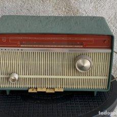 Radios de válvulas: ANTIGUA RADIO PHILIPS BAQUELITA B2E34A 110/127V AÑOS 60 18X30X16CMS. Lote 277611948