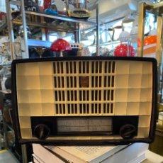 Radios de válvulas: RADIO DE BAQUELITA A VALVULAS MARCA PHILIPS MODELO 135-U DEL AÑO 1954 , FUNCIONA. Lote 296952738