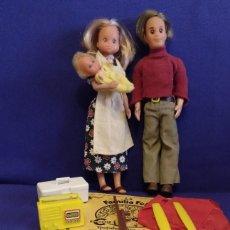 Pareja de muñecos La Familia Feliz con su bebe y algunos complementos.