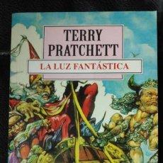 Relatos y Cuentos: LA LUZ FANTASTICA TERRRY PRATCHETT. Lote 150128778