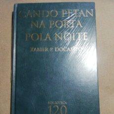 Relatos y Cuentos: NUEVO EN EL PLÁSTICO. CANDO PETAN NA PORTA POLA NOITE. XABIER P. DOCAMPO. EN GALLEGO. Lote 184875907