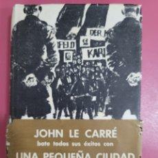 Relatos y Cuentos: UNA PEQUEÑA CIUDAD EN ALEMANIA JOHN LE CARRE. Lote 277302243