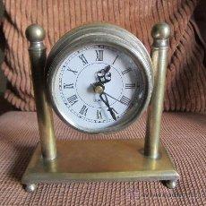 Relojes automáticos: RELOJ DE SOBREMESA A PILAS CAJA Y ARMADURA DE METAL, 17X16 CMS. Lote 28692976