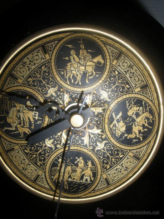 RELOJ A PILAS SOBREMESA ESCENAS QUIJOTE EN DAMASQUINADO DE TOLEDO AÑOS 70 (Relojes - Relojes Automáticos)