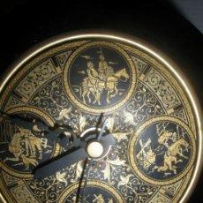 Relojes automáticos: RELOJ A PILAS SOBREMESA ESCENAS QUIJOTE EN DAMASQUINADO DE TOLEDO AÑOS 70. Lote 37950197