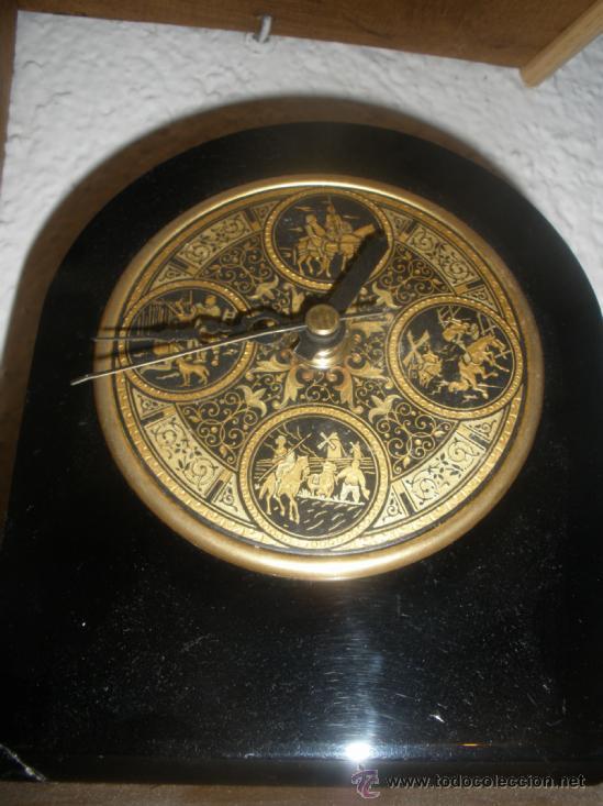 Relojes automáticos: RELOJ A PILAS SOBREMESA ESCENAS QUIJOTE EN DAMASQUINADO DE TOLEDO AÑOS 70 - Foto 2 - 37950197