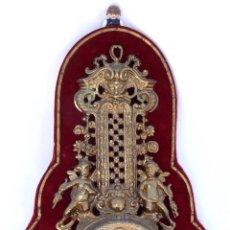 Relojes automáticos: PRECIOSO RELOJ ANTIGUO VINTAGE BRONCE DORADO Y TERCIOPELO ROJO PARED. Lote 39985865