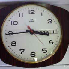 Relojes automáticos: ANTIGUO RELOJ DE PARED CON CALENDARIO Y BASE DE FORMICA - MARCA ROMATIC. Lote 56170722