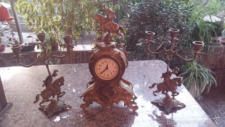 ANTIGUO RELOJ DE BRONCE Y DOS CANDELABROS (Relojes - Relojes Automáticos)