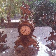 Relojes automáticos - antiguo reloj de bronce y dos candelabros - 59936187
