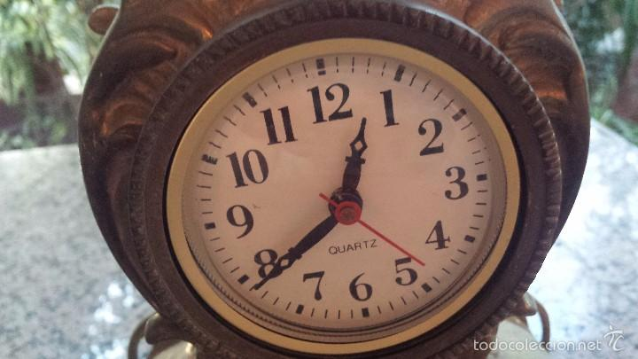 Relojes automáticos: antiguo reloj de bronce y dos candelabros - Foto 6 - 59936187