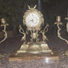 Relojes automáticos: ANTIGUO RELOJ Y DOS CADELABROS DE BRONCE Y BASE MARMOL. Lote 61252171