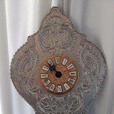 Relojes automáticos: RELOJ DE PARED DE ARTESANÍA EN MADERA Y RELIEVES PINTADOS EN PLATA. Lote 97818999