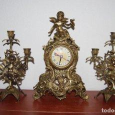 Relojes automáticos: RELOJ CON PAREJA DE CANDELABROS - BRONCE - AÑOS 60. Lote 100768147