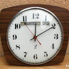 Relojes automáticos: RELOJ DE PARED CON DÍA DE LA SEMANA Y DÍA DEL MES MARCA JAZ ELECTRICO FUNCIONANDO. Lote 125546230