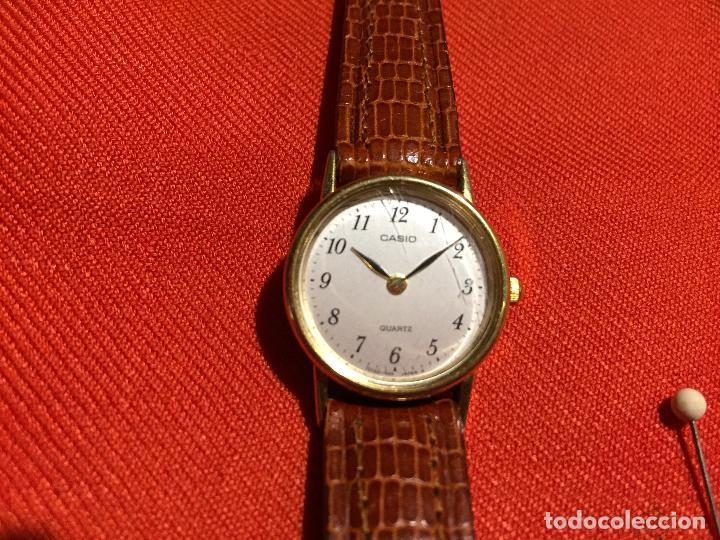 Relojes automáticos: Antiguo reloj de señora de pulsera a pilas de la marca Casio correa de cuero y baño oro años 90 - Foto 2 - 123527603