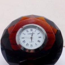 Relojes automáticos: RELOJ DE SOBREMESA CAMHY QUARTZ CON CRISTAL GRANATE TALLADO TIPO BRILLANTE. Lote 140769604