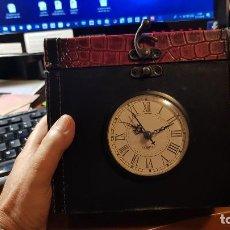 Relojes automáticos: CAJA DECORATIVA CON RELOJ INTERIOR FORRADO LUJOSAMENTE. Lote 141903658