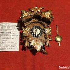 Relojes automáticos: ANTIGUO RELOJ DE CUCUT SUIZO DE MADERA TALLADA CON PENDULO DE LATÓN MAQUINARIA A PILAS AÑOS 70-80. Lote 152232506