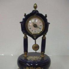 Relojes automáticos: RELOJ DE SOBREMESA - MARCA TESSAG, QUARTS - PORCELANA DORADA - BRONCE CINCELADO. Lote 153797406