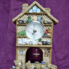 Relojes automáticos: BONITO RELOJ EN FORMA DE CASITA DE OSOS, DE RESINA, SIN PROBAR. Lote 154775322